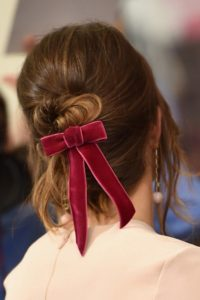 Coiffure avec ruban de velours