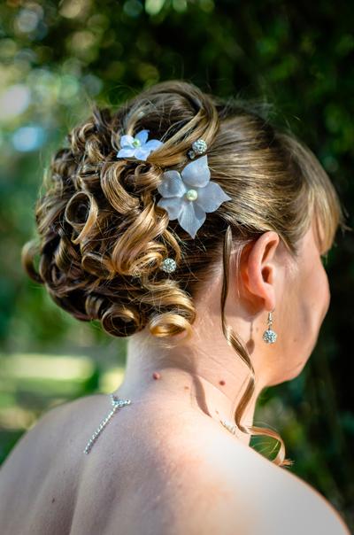 Chignon de mariage avec pic et perles fleuries - Douce Evasion
