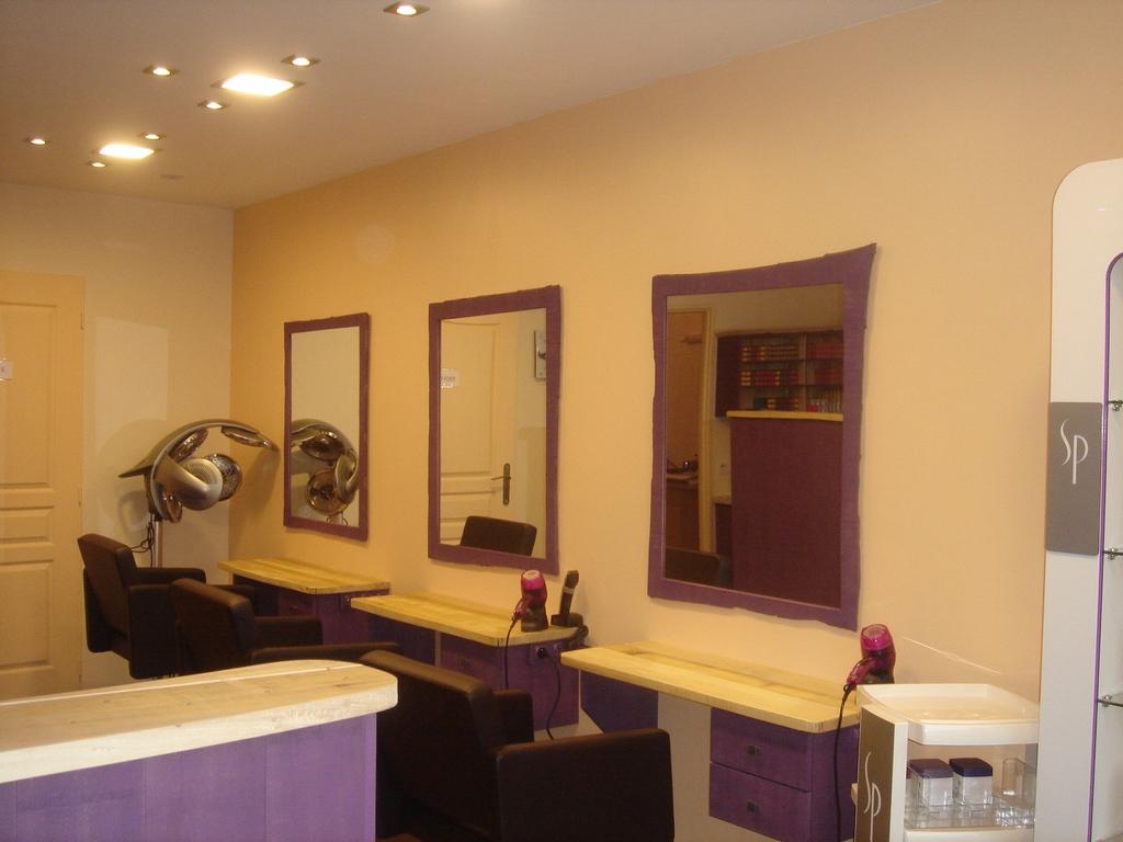 L'intérieur du salon situé Place du Minage